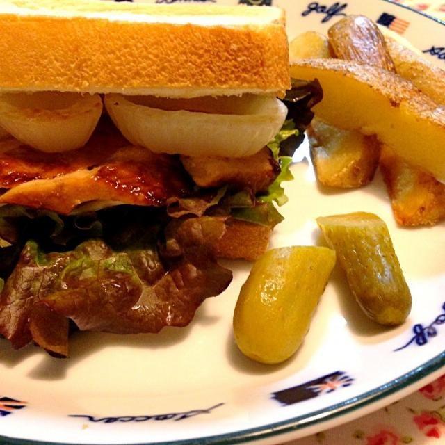 照り焼きチキンとレタス、チーズ、オニオンをはさみました。  アメリカだったらケチャップを、 ビュー…ってポテトにもかけちゃうのかな(−_−;) - 25件のもぐもぐ - 照り焼きチキンサンド フライドポテト、ピクルス添え by まみぃ