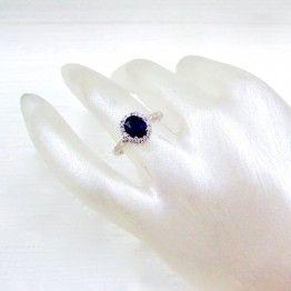 Anillo 18k Oro Blanco Zafiro Ovalado Central y diamantes