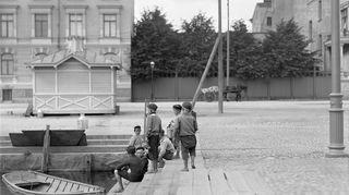 Poikia Hietalahden satamassa. kuva: I.K. Inha