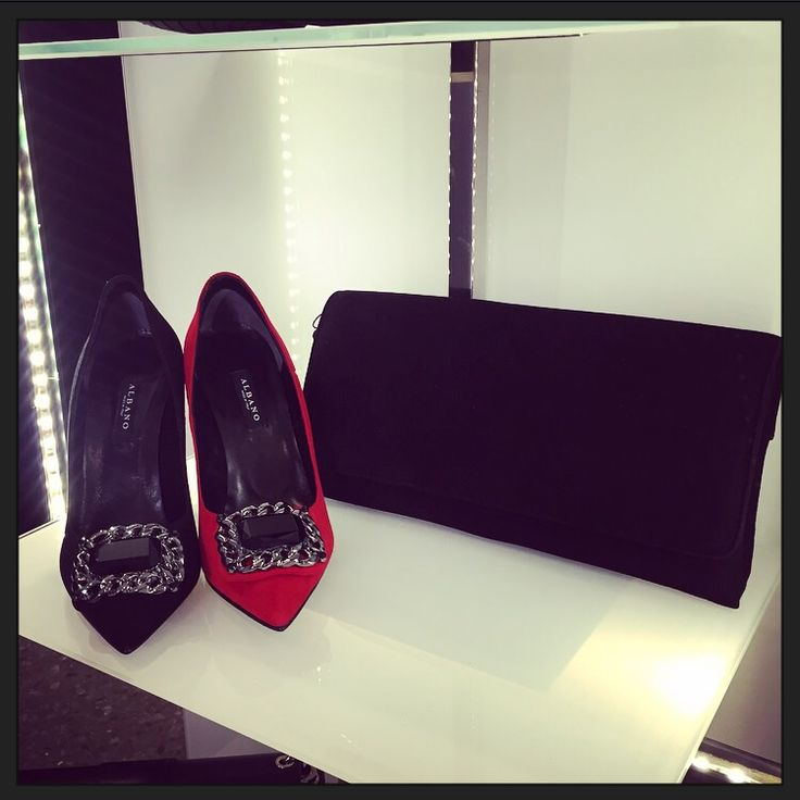 Décolleté Albano realizzato in camoscio nero e rosso, con pochette in camoscio!