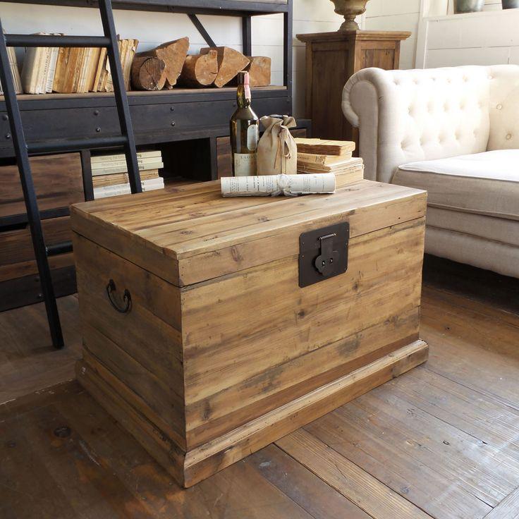 Baulein legno di pino con finitura vintage invecchiata e accessori in metallo.