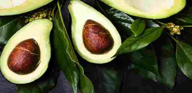 AVAKADO YAĞI İLE SAÇ VE CİLT MASKESİ Avokado büyük çekirdekli dışı koyu yeşil içi açık yeşil oval şekilli bir meyvedir. Özellikle soğuk presle elde edilen avokado yağı ekstresi saç ve cilt sağlığı için zengin içeriklidir. Avokado yağı A,D,ve E vitaminleri içerdiği gibi bunun yanı sıra Zengin lesitin ve potasyum içerir.Aynı zamanda Avokado yağı cildi güçlendirici …