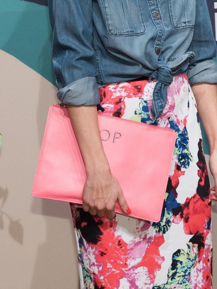 Pin for Later: Olivia Palermo hat das perfekte Outfit für faule, aber stylische Tage gefunden  Olivia's Clutch ist von Whistles und wurde mit ihren Initialen versehen.
