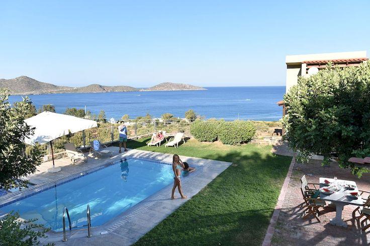 Description: Fijne villa?s en superdeluxe appartementen in de blauwe baai van Elounda. Perfect voor een luxueuze vakantie van topniveau. Schitterende plek in de groene heuvels van Elounda Als je voor het eerst halt houdt bij het bordje Elounda Olea Villa's & Appartementen heb jeal van eenmooie ritover het eiland Kreta genoten. Het is een schitterende plek. Boven op de heuvel liggen de vijf elegante Elounda Olea vakantievilla?s in alle rust onder de strakblauwe Griekse hemel omgeven door…
