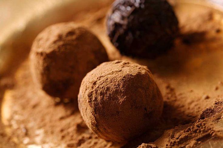 Truffles au chocolat 1- Mettre au robot culinaire les noix rincées et les autres ingrédients. 2- Bien mélanger jusqu'à l'obtention d'une grosse boule. Ajouter un peu d'eau pure si nécessaire. 3- Faire des boules et les rouler dans du cacao et réfrigérer.