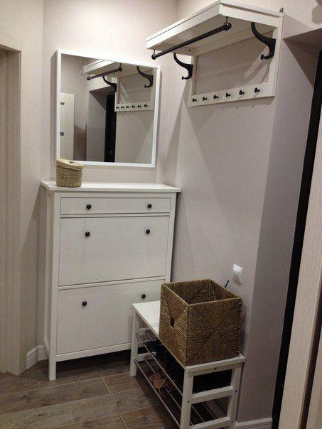 К стене, где стоит лавка можно поставить комод и зеркало подвесить, а лавку на противополодную сторону или вообще убрать