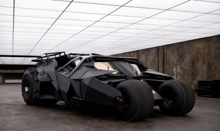 Batmobily od roku 1966 do roku 2008 - Tumbler  Nejnovější batmobil pohání vidlicový osmiválec od General Motors schopný produkovat výkon 500 koní. To umožní zrychlit těžkému vozu na stovku za dlouhých 5,6 sekundy. Naštěstí má Bruce Wayne v záloze ještě parádní Lamborghini Murcielago.