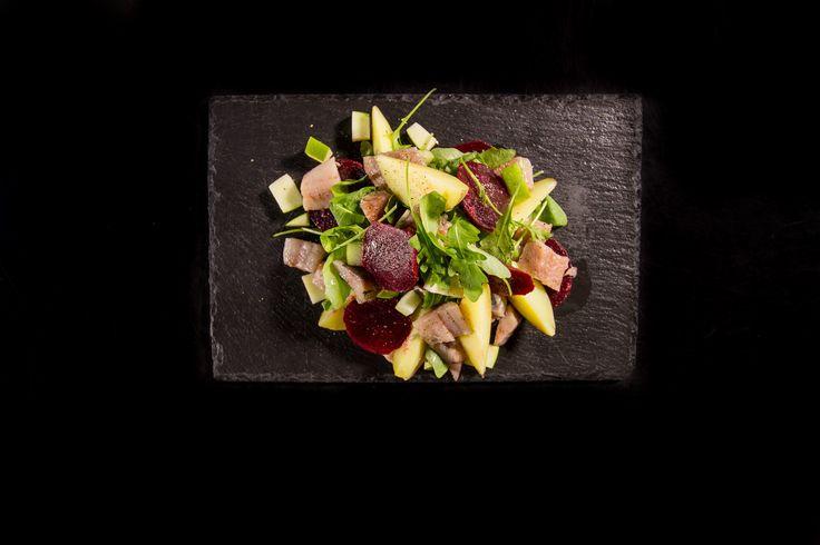 Super gezond en onwijs lekker deze bieten salade met haring! Kijk voor het recept op http://zeeuwsekost.nl/recepten/rode-bieten-salade-met-haring
