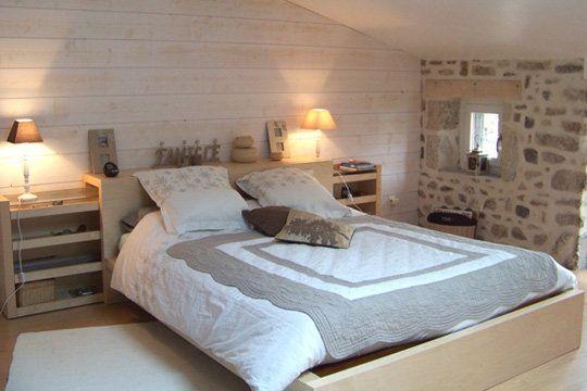 Un grenier transformé en chambre (1), sous les combles. Maginifique mur de pierres apparentes