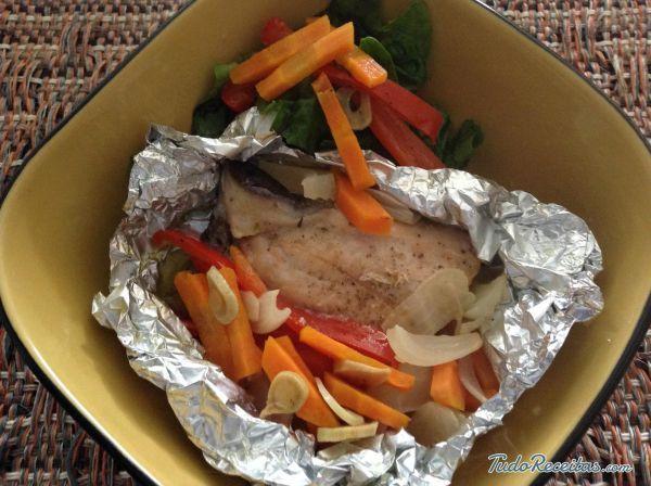 Salmão em papelote com legumes: saudável e gostoso! Clique na imagem para conferir a receita.