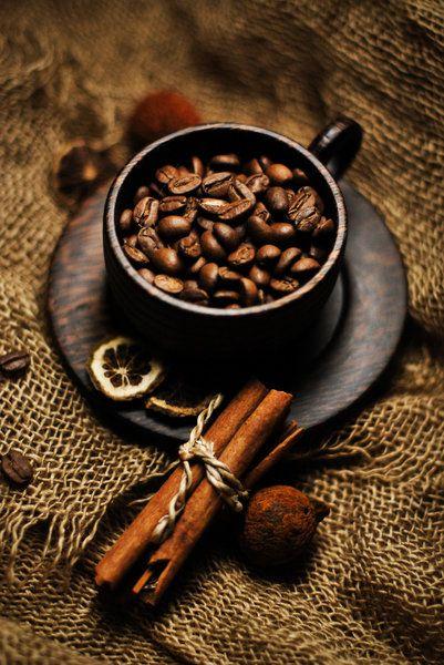 En el año 1600 surge la disyuntiva sobre si las personas católicas podían consumir café y no iba en contra de sus creencias, durante este año el pontífice Clemente VIII declaró que era una bebida permitida.