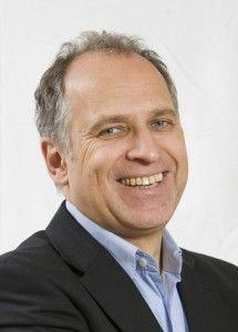 Werner Tiki Küstenmacher wurde 1953 geboren. Seit seiner Kindheit ist Tiki ununterbrochen als Karikaturist tätig.  Nach dem Studium der evangelischen Theologie und einer journalistischen Zusatzausbildung beim Münchner Merkur, dem Bayerischen Rundfunk und dem Bayerischen Fernsehen leitete er von 1981 bis 1990 im Presseverband der Bayerischen Landeskirche die Abteilung Neue Medien und gründete das Evangelische Fernsehen, eine TV-Produktionsfirma für SAT-1 und RTL.