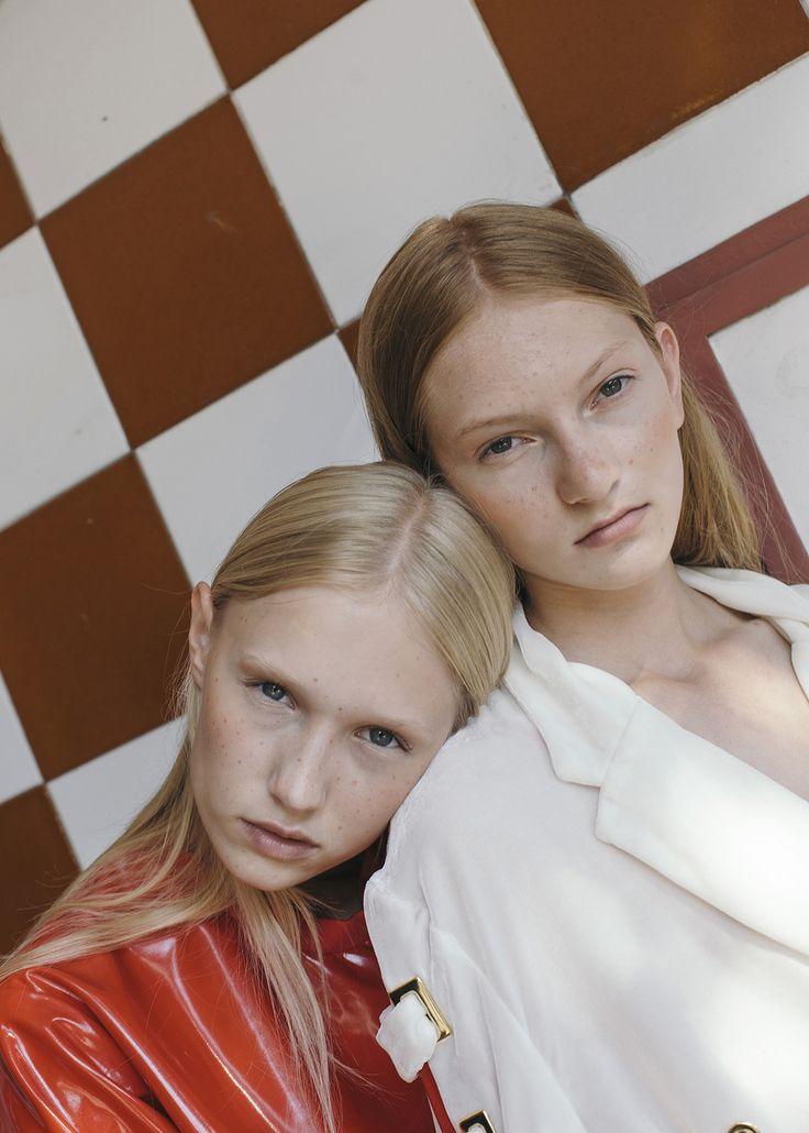 Karla y Maria fotografiadas por Alba Ricart y con estilismo de Judit Melis en una historia en la que dos chicas son aisladas en una ficción distópica, introduciéndonos en el concepto de la mimesis del color.
