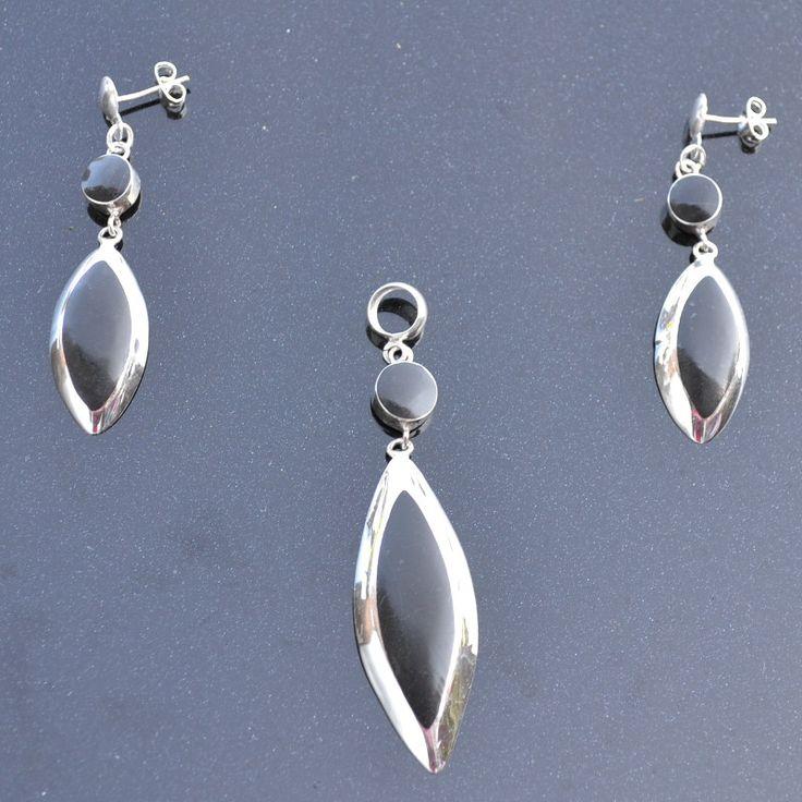 Zilveren Set Alma Vrouwelijke en elegante Set van zilver met onyx steen.  Lengte oorbellen: 3,5 cm Hanger: 5 cm Prijs: 34,95€ Gratis Verzending in NL http://www.dczilverjuwelier.nl/
