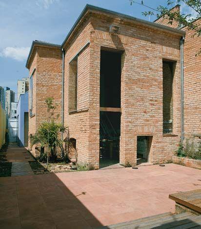 Escritório/casa da arquiteta Maria Luiza Corrêa em um galpão na Barra Funda, SP