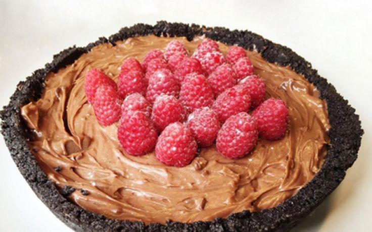 Cheesecake, Nutella en Oreo's. Wat kan er in godsnaam mislopen? Met deze Nutellacheesecake met Oreobodem verras je vriend en vijand. Of je verrast jezelf met het feit dat je blijkbaar een hele taart op jezelf weggewerkt krijgt. Smakelijk!