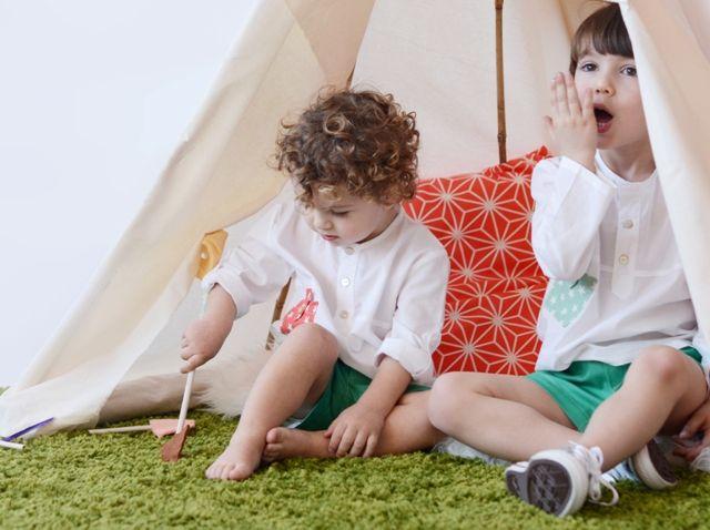 Camisa de niño blanca con detalle de bolsillo de estrellas en color coral #kids #corazondeleonkids #moda #madeinSpain #camisa #niño #detalle #bolsillo #estrellas #coral #stars