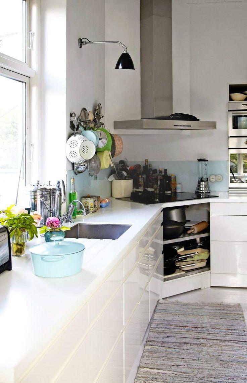 queen of green LYST: Praktisk og innbydende kjøkken. Lampe fra Bestlite og benkeplate i Corian.