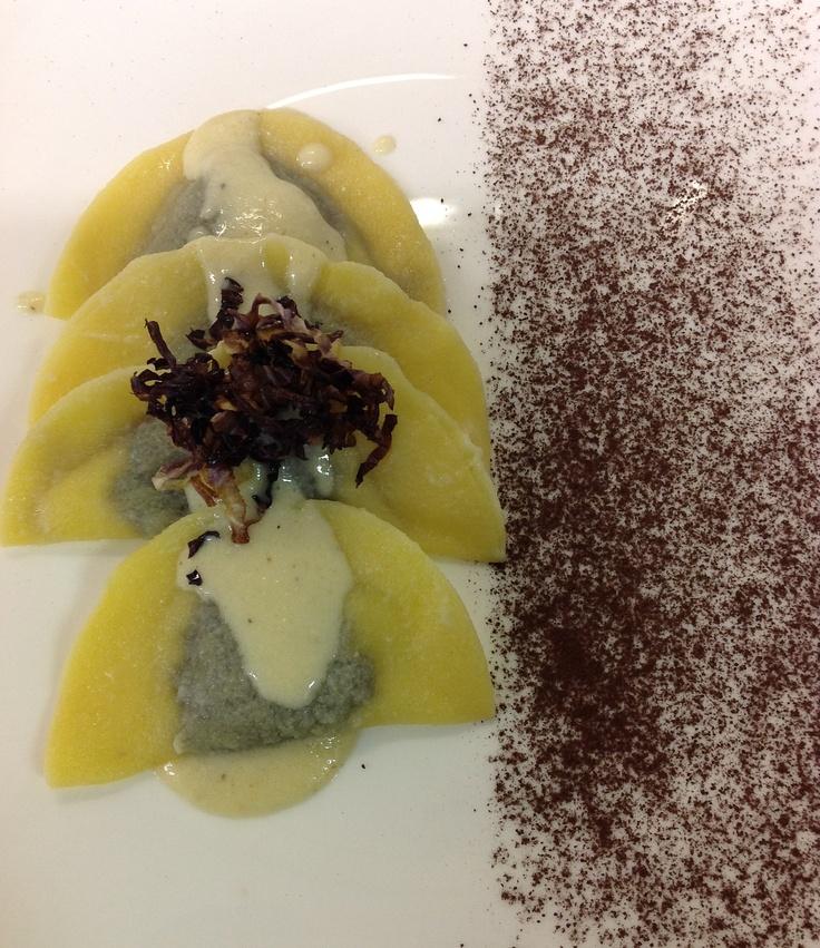 Ravioloni ripieni al radicchio rosso di Treviso e cioccolata su crema di Formadi Frant.