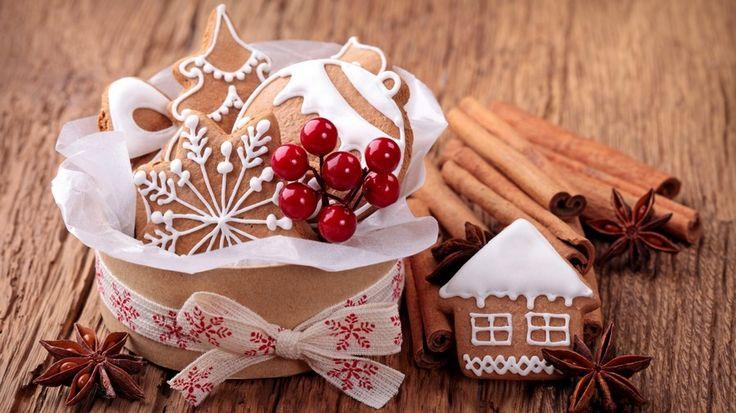 Обои 1920x1080 пикс. Обои коричневый, пряник, печенье, ягода, бант, коробка, дом, корица, пряность, снежинка, новый год, рождество, Новый год, Обои новогодние пряники в коробочке с бантом, Новый год