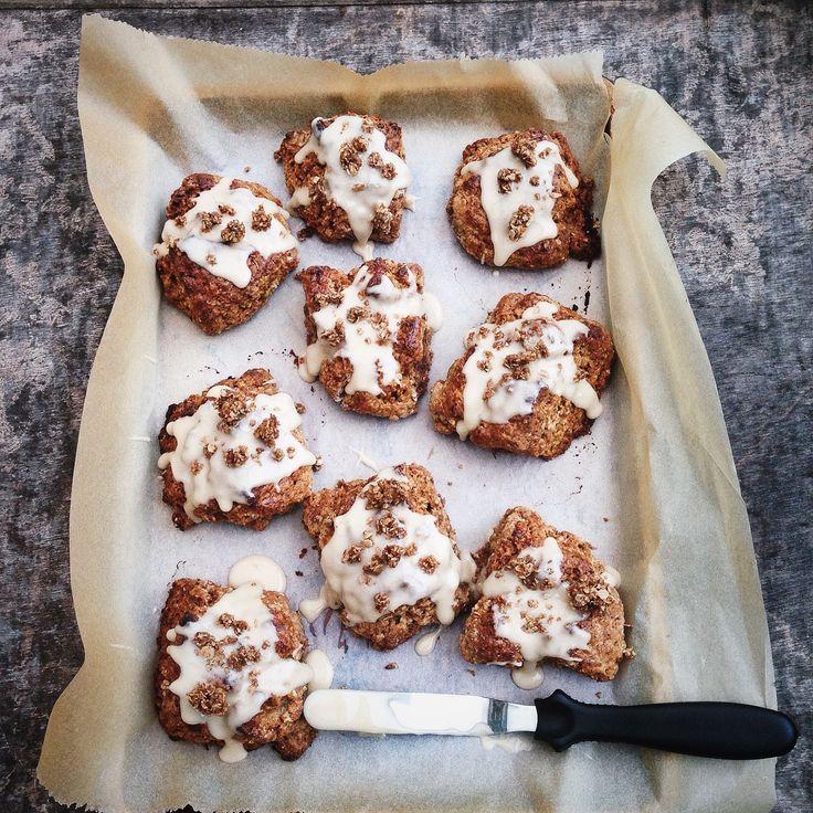 Deze Havermout scones met glazuur en havermout crumble zijn een geweldig ontbijt of een lekker tussendoortje, door de havermout zijn ze goed vullend.
