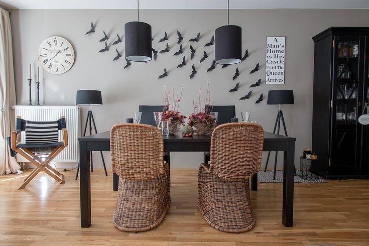 DIY Fledermäuse für Halloween mit Vorlage selbst herstellen und sie an der Wand fliegen lassen. Dazu passt eine Tischdeko mit Zierkürbissen und Heuchera.