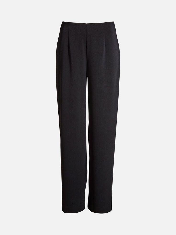 En bukser med høy midje og vide ben. Buksen er laget i et pent fallende stoff, og har glidelås i siden.   Sort