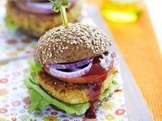 Vegetarische hamburger van kikkererwten met tofusaus, sla, tomaat en ringen van rode ui