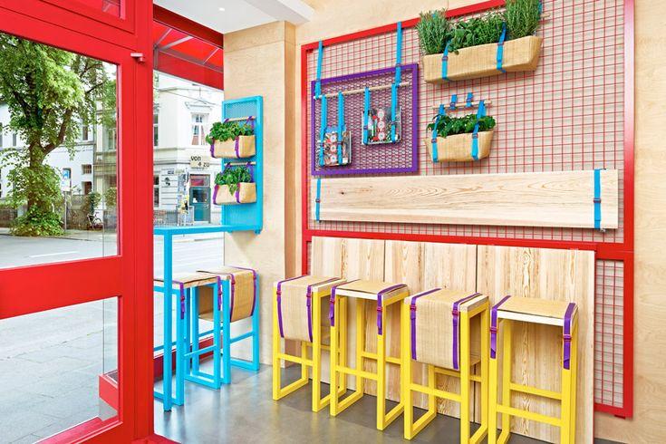La consultoría creativa española Masquespacio ha sido la encargada de realizar el diseño de Kessalao, un nuevo establecimiento de comida mediterránea para llevar en Bonn, Alemania.