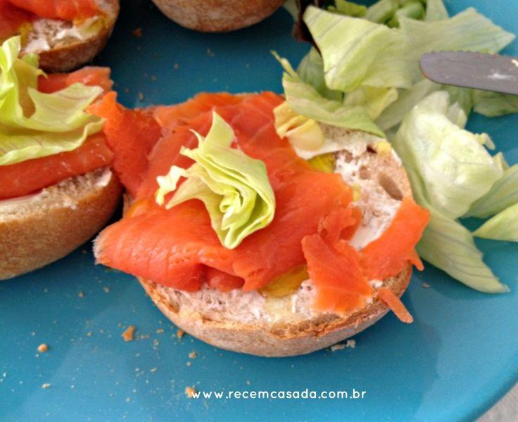 Receita: canapé ou sanduíche de salmão defumado com cream cheese.