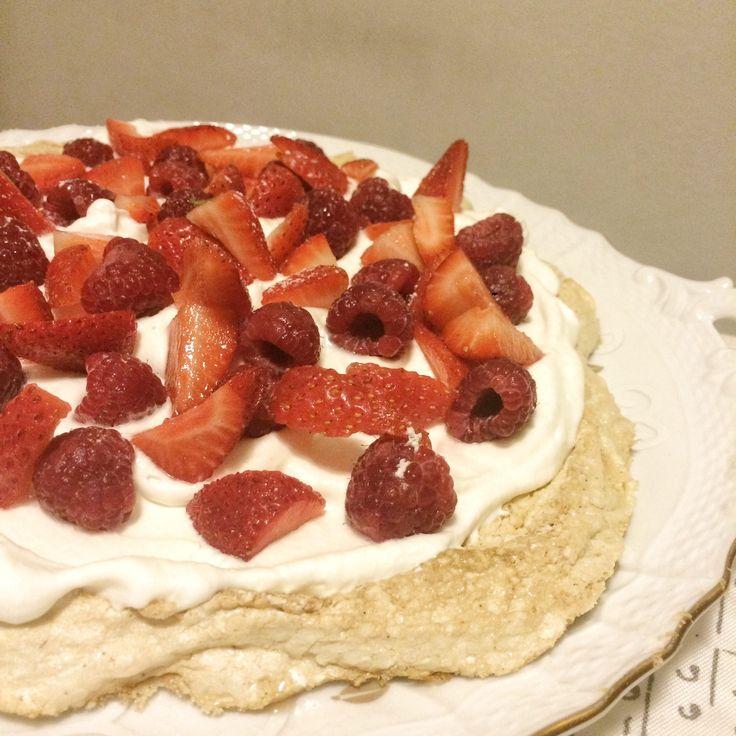 La Pavlova, un dolce della tradizione australiana, coniuga la dolcezza della meringa con la freschezza della frutta e la morbidezza della panna montata!