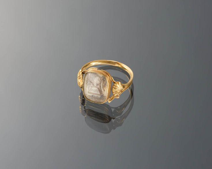 Ring van 18-karaats goud, met haarwerk. Afbeelding van een graftombe met treurwilg en de initialen PVDR. Deze ring is door het museum aangekocht in Zeeland. Dit soort ringen werden bij de Zeeuwse streekdrachten echter niet algemeen gedragen. De ring is waarschijnlijk gedragen door een vrouw in modedracht. 1814-1906 #Zeeland