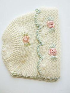 A Soft Cream Knit del bebé con el sombrero rosado del satén Flor Nudos y Aqua satén Crocheted Bordes - Hermosa Patrones de punto - el sombrero caliente