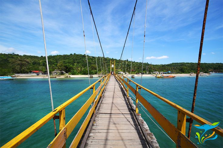 Jembatan gantung yang menghubungkan Nusa Lembongan dengan Nusa Ceningan, pulau lain yang letaknya berdekatan.