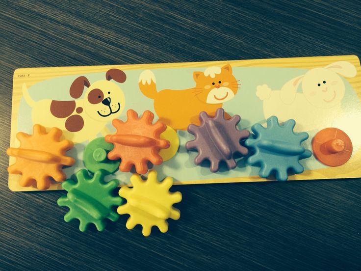 Colocar las ruedas dentadas con su color correspondiente y hacerlas girar