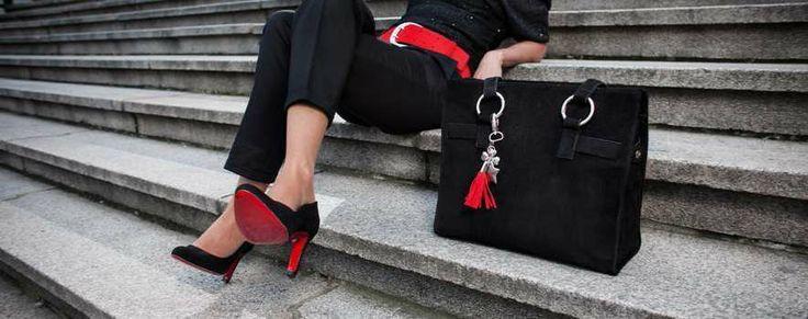 Zwart suede Grace tas met zwart slang hengsels en rode riem en zwarte suede Jackie pumps met rode zool MY OWn STYLE