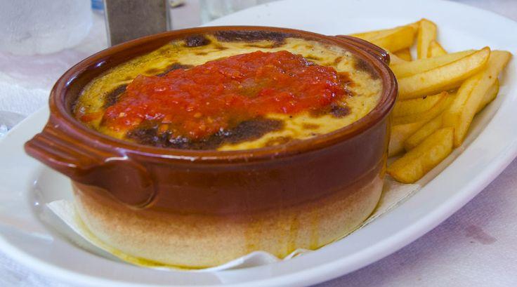 Zelf Griekse moussaka maken? Niet moeilijk maar wel tijdrovend. Met dit recept zet je een heerlijke traditionele moussaka op tafel. Met aubergine en aardappel. Het geheim van dit recept? De overheerlijke gehaktsaus en de romige béchamel topping.