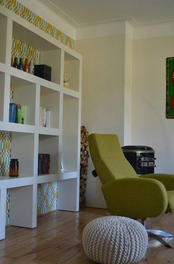 Inrichting Jaren 50 Appartement. Retro Behang Swiet. Kast Op Maat,  Draaifauteuil Met Mosgroene