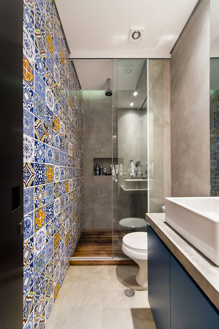 Gorgeous, small bathroom with beautiful Portugese tile feature wall and monochrome blue and grey for the other features. By Casa100 Arquitetura