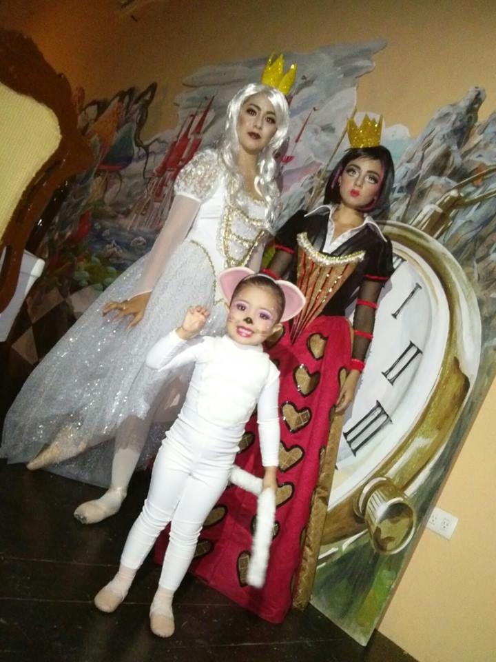 la reina de corazones, la reina blanca y el gatito de alicia