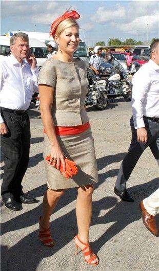 Máxima de Holanda con traje gris y detalles anaranjados