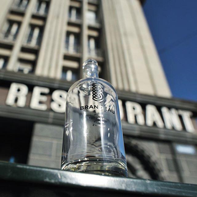 www.brandeau.ch I  Metropolis Water. ••• #brandeaubottles #wasser #water #wasserflasche #wassertrinken #wassergenuss #hahnenwasser #hahnenburger #stilleswasser #flasche #karaffe #wasserkaraffe #glasflasche #schweizerwasser #tapbottle #tapwater #züriwasser #züri #zürich #zürcherwasser #zurich #zhwelt # #restaurant #sign #moviezurich #restaurantmovie #froschperspektive