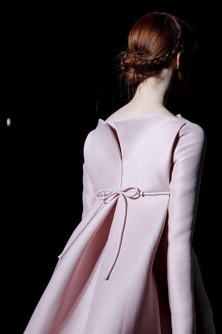 Valentino abrigo rosa con lazo y abertura en la parte de atrás