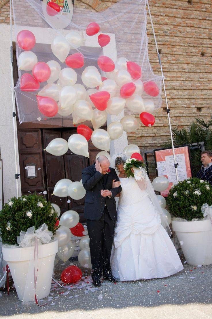 Per rendere unico il giorno piú importante della tua vita ecco una scenografia di palloncini a cascata