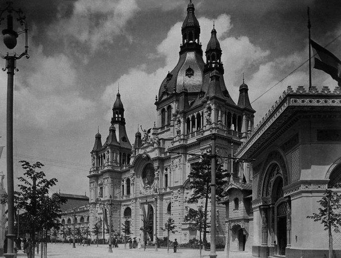 Az első közpark – népkert és nemzeti panteon (1794–1861)Boráros János városbíró 1794-ben javasolta, hogy az elhanyagolt városszéli erdőt alakítsák át Pest város közönségét szolgáló pihenőhellyé. A világ első, köztulajdonban lévő, nyilvános közparkjára 1813-ban írtak ki pályázatot. Nebbien Henrik a patriotizmus szellemében elkészített terve nyert, az ő Városligete összművészeti alkotás: angol tájképi stílusú népkert, egyben nemzeti panteon lett.  Körönd – az első korzó (1817 után)1817-ben…