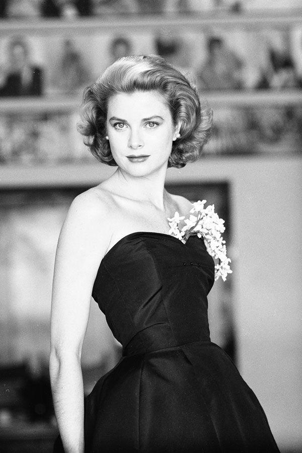 Grace Kelly sieht schon regal 1954, ein paar Jahre, bevor sie offiziell eine Prinzessin, und das Jahr ihrer Oscar-prämierten Leistung in der Country Girl veröffentlicht wurde.