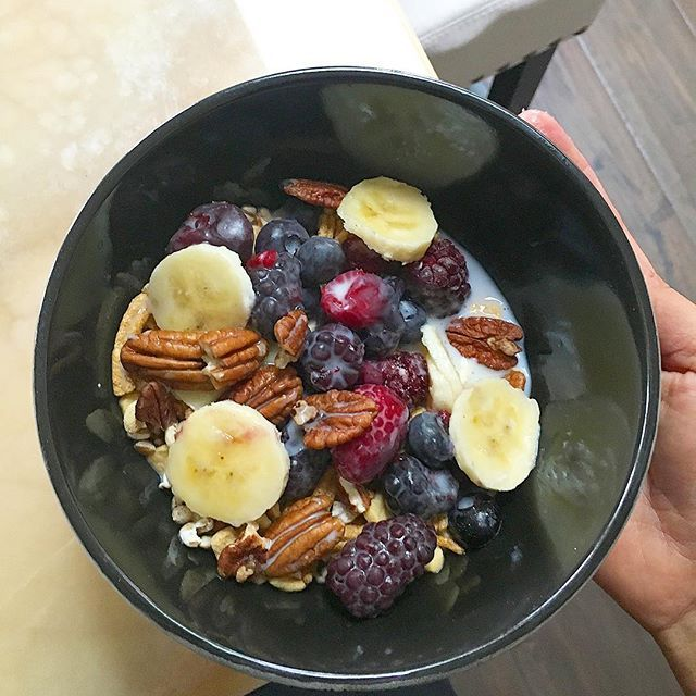 The #SayakeeBowl   Look for a high in fiber cereal, no less than 13g and no more than 8g of sugar on the nutritional fact, dairy free and gluten free. Add frozen berries, add fresh banana and walnuts, pour in Almond milk or coconut milk #vegan #Veganmetolife    #Regram via @veganmetolife