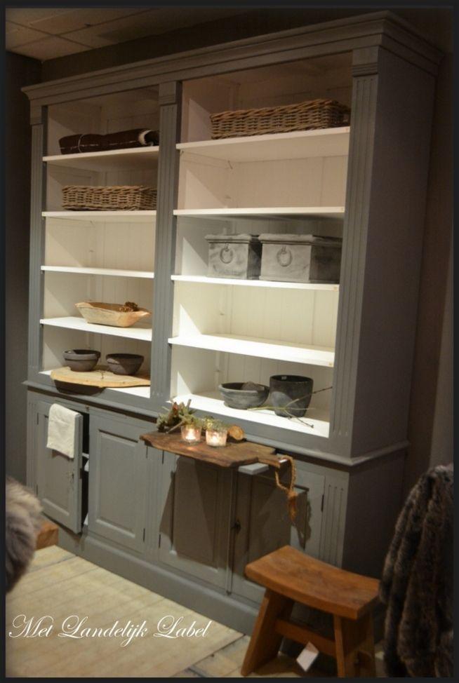 Deze boekenkast is afgewerkt met een witte verf aan de binnenkant en heeft een grijze verf aan de buitenkant. In de kast liggen verstelbare schappen waardoor ieder boek in de kast geplaatst kan worden. Onder in de kast zitten vier deurtjes. Boven elk deurtje zit een uittrek plateau. In de [...]