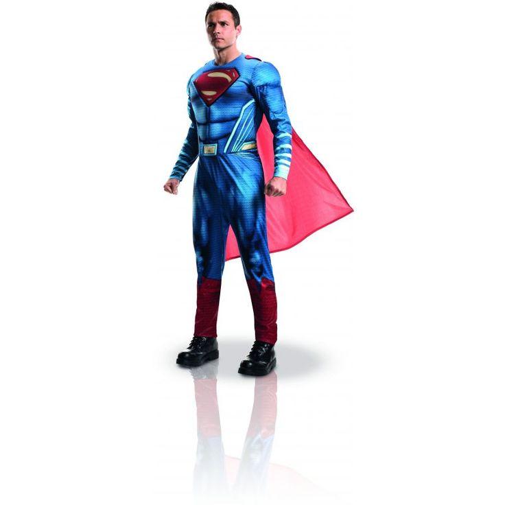 Ce déguisement de Superman™ pour adulte est sous licence officielle Batman vs Superman™. Il se compose d'une combinaison et d'une cape (chaussures non incluses). Disponible en taille standard ou xl. La combinaison représente la tenue rouge et bleue de Sup