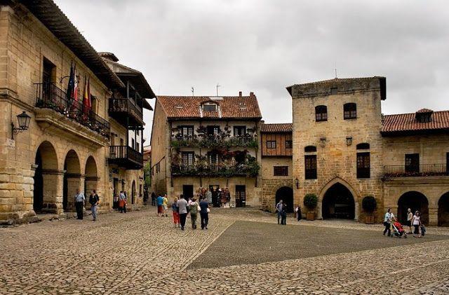SANTILLANA DEL MAR. es una de las localidades de mayor valor histórico-artístico de España y el principal foco de atención turística de Cantabria. Fue declarada conjunto histórico-artístico en 1889. No hay que olvidar que en sus inmediaciones se encuentra la cueva de Altamira, protegida como Patrimonio de la Humanidad.